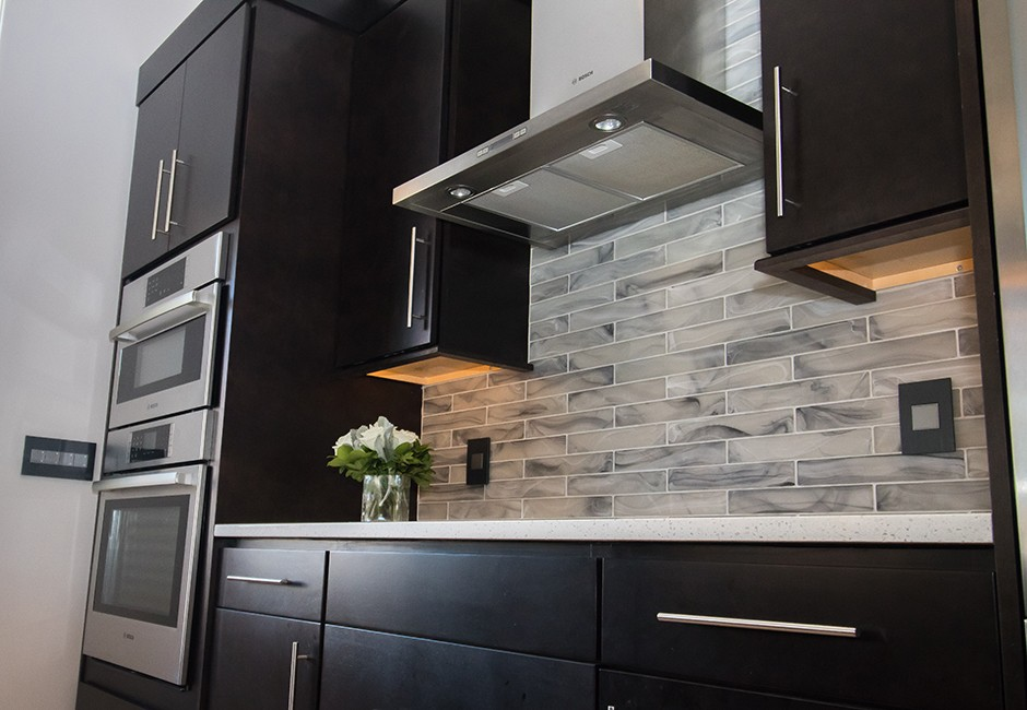 view of a tiled backsplash in a kitchen